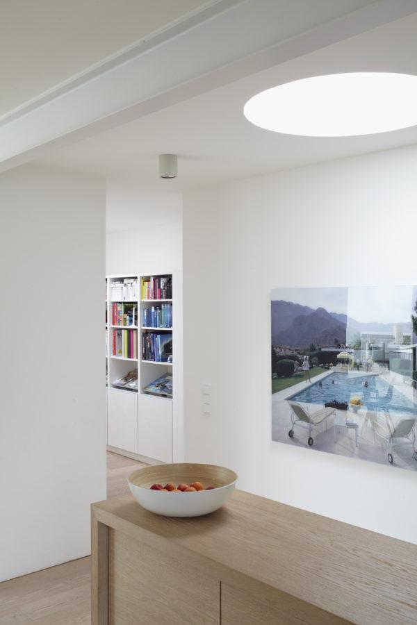 Modernisieren. MŸnchen, Haus Payr, Flur, Bild: Kaufmann Desert House I von Slim Aarons, Blick in den Spielflur
