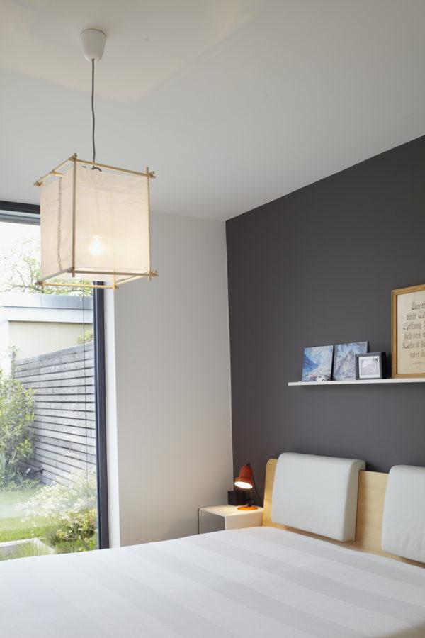 Modernisieren. MŸnchen, Haus Payr, Elternschlafzimmer, die Lampe ist eine Eigenproduktion von Annette Payr