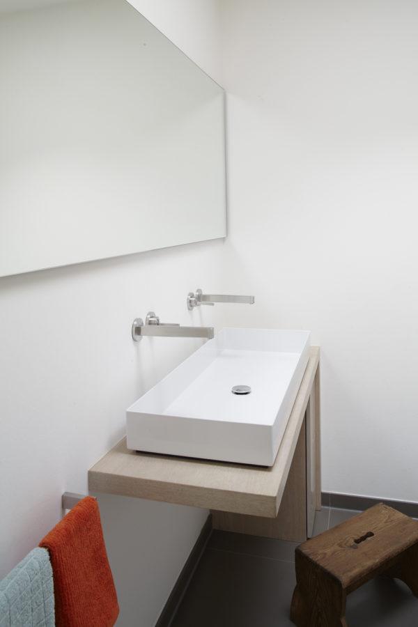 Modernisieren. MŸnchen, Haus Payr, Badezimmer, der Waschtischunterbau ist eine Sonderanfertigung in Eiche, wei§ gešlt